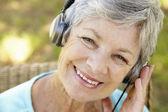 耳机的高级女人 — 图库照片