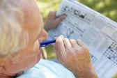 Senior man met krant — Stockfoto