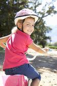 Liten flicka på land cykeltur — Stockfoto