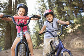 Young children on bikes in country — Stock Photo