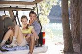 Giovane coppia giorno fuori nel paese — Foto Stock