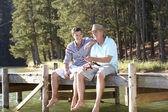 Syn otce a dospělí loví společně — Stock fotografie