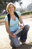 对国家的步行地图的女人 — 图库照片