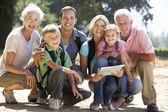 Familia de tres generaciones de paseo por el campo — Foto de Stock