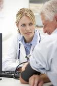 üst düzey hasta ile genç bir doktor — Stok fotoğraf