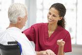 üst düzey bir doktor hastaya — Stok fotoğraf
