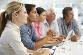 Gemengde groep in zakelijke bijeenkomst — Stockfoto