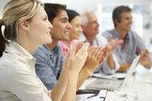 Gemischte gruppe im business-meeting — Stockfoto