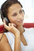 Mujer joven con auriculares — Foto de Stock