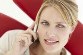 Femme parlant au téléphone — Photo