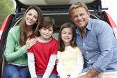 Família ao ar livre com carro — Foto Stock