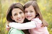 肖像西班牙裔母亲和女儿 — 图库照片
