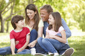 Rodina venku — Stock fotografie
