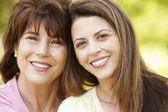 Portret spaanse moeder en volwassen dochter — Stockfoto