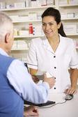 Farmacista americano erogazione per uomo anziano — Foto Stock