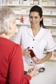 美国药剂师配药高级的女人 — 图库照片