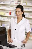 Americký lékárník pomocí počítače v lékárně — Stock fotografie