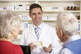 Farmacista americano con coppia senior in farmacia — Foto Stock