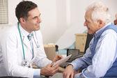 американский врач говорил старший человеку в хирургии — Стоковое фото