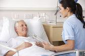 Infirmière et mâle patient dans l'accident du royaume-uni et d'urgence — Photo