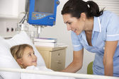 Infirmière avec enfant patient dans l'accident du royaume-uni et d'urgence — Photo