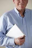 Alter mann betrieb tablet — Stockfoto