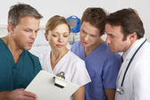 американская медицинская команда, работающая над палате больницы — Стоковое фото