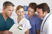 在医院病房工作的美国医疗团队 — 图库照片