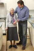 Mère et fils adulte dans la cuisine — Photo