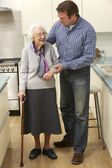 Mother and adult son in kitchen — Stock Photo