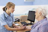 Reino unido enfermeiro injetando sênior mulher paciente — Foto Stock