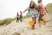 Family having fun on beach vacation — Stockfoto