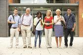 Gemengde groep studenten buiten college — Stockfoto