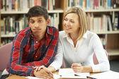 Professor de faculdade com aluno — Foto Stock