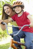 Menino na moto com a mãe — Fotografia Stock