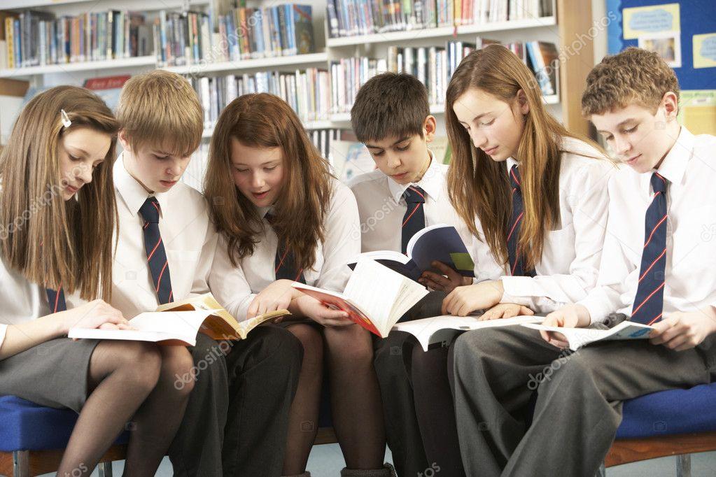 Alumnos Adolescentes En La Biblioteca Leyendo Libros