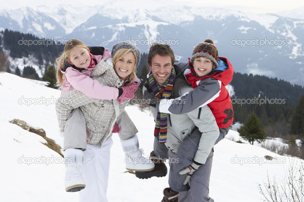 Young Family On Winter Vacation  Foto Stock #11882597
