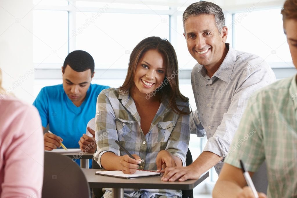 Tutor helping student in class — Stock Photo #11884377