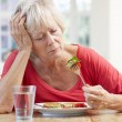 Sick older woman trying to eat — Stock fotografie