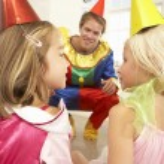 clown onderhoudend kinderen op feestje — Stockfoto