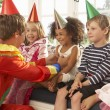 Clown entertaining children at party — Stockfoto