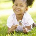 chica joven explorar la naturaleza — Foto de Stock