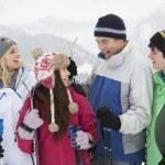 familia de vacaciones de esquí en las montañas — Foto de Stock   #11891797