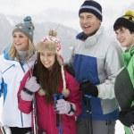 familie op skivakantie in Bergen — Stockfoto #11891803