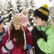 Familie in den Skiurlaub in Bergen — Stockfoto