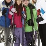 familia de vacaciones de esquí en las montañas — Foto de Stock   #11892162