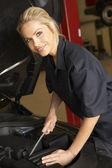 Kobieta mechanik w pracy — Zdjęcie stockowe