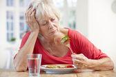 Mulher mais velha doente tentando comer — Foto Stock