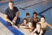 Niños tienen clase de natación — Foto de Stock