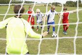 Joueur prêt à marquer le but en 5 junior un côté — Photo